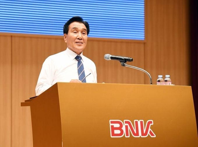 김지완 BNK금융지주 회장이 지난 2017년 10월 20일 부산은행 본점 2층 대강당에서 열린 CEO특강에서 강연을 진행하고 있다. [사진=BNK금융지주]